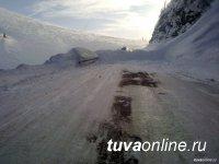 Ночью на трассе М-54 сошла лавина. В течение часа завалы снега были убраны дорожниками