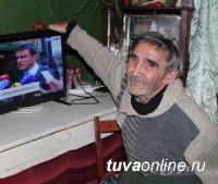 Ветеран Минторга ТувАССР Вениамин Хабарский получил в подарок от предпринимателей телевизор