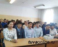 В Кызыле ко Дню местного самоуправления проходят встречи в учебных заведениях