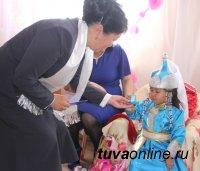 Праздник первой стрижки волос хылбык при поддержке Союза женщин Тувы отметили в Детском доме