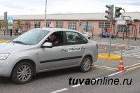 Госавтоинспекция и Ассоциация автошкол Тувы проэкзаменовали сотрудников по новым требованиям на право управления транспортными средствами