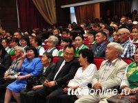 Премьер Шолбан Кара-оол вручил государственные награды социальным работникам