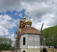 На строящейся в Туране каменной православной церкви установлен купол и крест