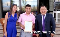 Глава Тувы Шолбан Кара-оол вручил жилищные сертификаты молодым семьям