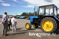 Артель «Ойна» передала администрации Тождинского кожууна трактор «Белорус»