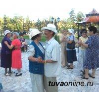 В Туве у обелиска «Центр Азии» прошел первый «танцевальный четверг» для старшего поколения