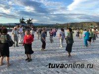Второй «танцевальный четверг» собрал у Центра Азии много любителей танцев старшего поколения