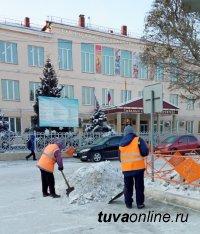 В Кызыле ведется уборка снега и льда с дорог, их подсыпка