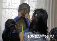 Национальный музей Тувы провел тактильную экскурсию для инвалидов по зрению
