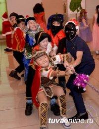 10 отличившихся в текущем году детей на Елке Главы Тувы получили в подарок по планшету