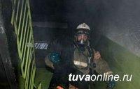 В Туве пожарные спасли мать с четырехлетним ребенком