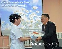 Глава Тувы поздравил дежурный персонал Перинатального центра РТ с международным днем медицинских сестер