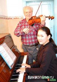 Скрипачу Тувинского симфонического оркестра Владимиру Шананину исполнилось 80 лет