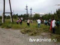 Коллектив школы № 12 включился в борьбу с бурьяном в Кызыле