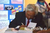 Известный государственный и общественный деятель Чимит-Доржу Ондар подарил всем школам республики свою книгу «Время меня опережает»