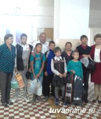 Школьную форму, обувь, спортивные костюмы, канцтовары единороссы передали учащимся школы № 10 Кызыла