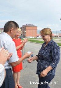 По программе переселения из ветхого жилья сдан 32-квартирный дом в новом комплексном микрорайоне Кызыла