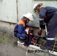 В Туве спасатели освободили ребенка, застрявшего в подвальной решетке