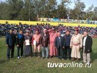 Известные борцы Владимир Монгуш и Маадыр Монгуш победили на турнире ко Дню города по борьбе хуреш среди ветеранов