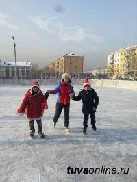 Кызыл: в гостях у жителей двора по улице Кочетова, 95 побывали Дед Мороз и Снегурочка
