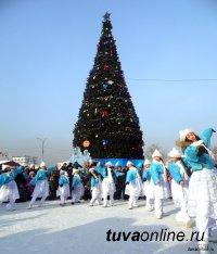 Дина Оюн и Владислав Ховалыг поздравили кызылчан с Новым годом