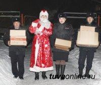 Полицейский Дед Мороз навестил детей из социального приюта г. Кызыла