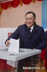 Глава Тувы Шолбан Кара-оол проголосовал на выборах Президента России с супругой и отцом