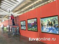"""Тувинские художники участвуют в грандиозной межрегиональной художественной выставке """"Сибирь-XII"""" в Новокузнецке"""