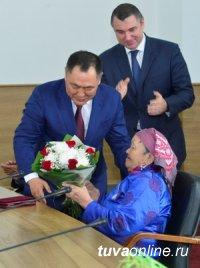 Глава Тувы накануне первомайского праздника вручил государственные награды людям труда