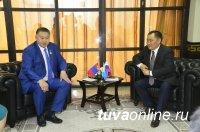 Глава Тувы Шолбан Кара-оол и губернатор Увсанурского аймака Монголии на старте нового и большого пути