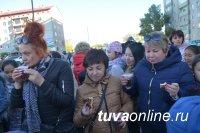 Кызыл: Соседи жмут друг другу руки, обнимаются и угощают домашними пирогами