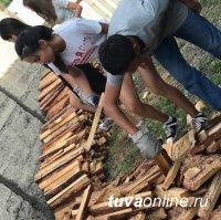 """""""Добрые сердца Тувы"""" помогли вдове фронтовика заготовить дрова на зиму"""