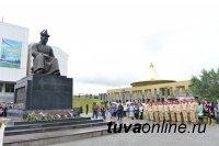 Традиция нового времени: в Туве возложили венки к памятнику Монгушу Буян-Бадыргы