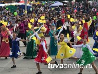 Кызыл широкомасштабным карнавальным шествием отметил День Города