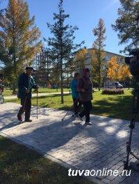 В Туве люди старшего поколения активно осваивают скандинавскую ходьбу
