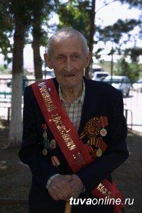 Почетный гражданин Шагонара, фронтовик Иван Соколов принимает поздравления в связи со 100-летием