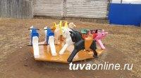 Тува: Житель Торгалыга (Овюрский кожуун) вместе с другом на голом энтузиазме строят детскую площадку в селе