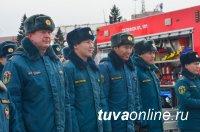 Глава Тувы вручил пожарным ключи от новой техники