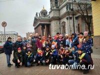 Лучшие юные гиды Тувы побывали в Санкт-Петербурге и сфотографировались с археологом Константином Чугуновым