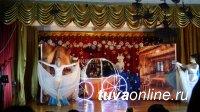 Елка мэра Кызыла собрала в школе № 2 школьников на Новогодний праздник