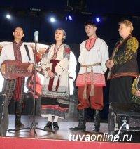 """Ансамбли """"Октай"""" и """"Тыва"""" выступили с совместным Рождественским концертом"""