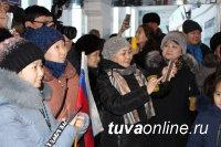 Победителей зрительского голосования Всероссийского конкурса «Новая Звезда-2019» - семью Айыжы - встречали в аэропорту Кызыла аплодисментами