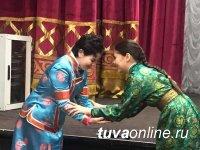 Школьники Кызыла постигали суть обряда «Чолукшуур»