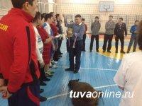 В состязаниях к Шагаа по волейболу сильнейшими стали учителя школы № 9 г. Кызыла