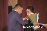 Глава Тувы поздравил ученых республики с Днем науки и вручил награды