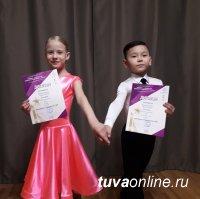 Танцевальный дуэт первоклассников из Кызыла достойно представил Туву на Первенстве Сибири по спортивным танцам