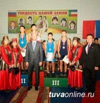 Эртине Тулуш и Найдан Иргит - победители турнира по вольной борьбе памяти Сергея Карамчакова