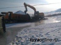 ЧС поселкового масштаба: в Ак-Туруге (Тува) из речки вышли наледевые воды