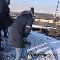 """""""Добрые сердца Тувы"""" помогают пожилым кызылчанам очищать снег с крыш"""