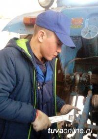 Лучший среди учащихся ссузов Тувы в обслуживании трактора МТЗ и его подготовке к пахоте Артыш Дембирель